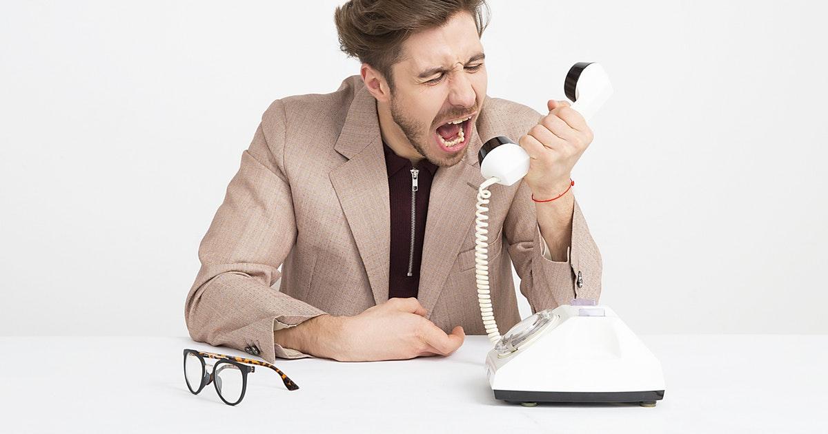 電話に怒る人