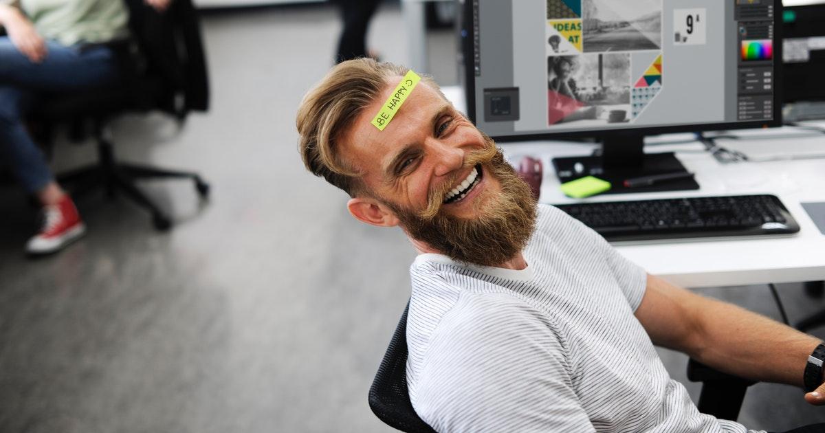 オフィスでおでこにポストイットを貼っている男性